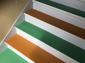 無認可保育園 階段塗装